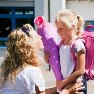 Ein junges Mädchen am ersten Schultag