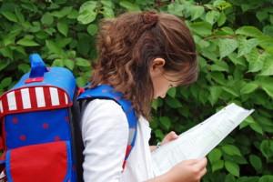 Ein Mädchen mit einem Schulranzen auf dem Rücken
